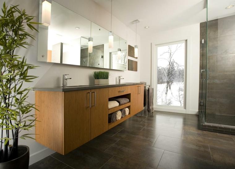 Cabina doccia di vetro, mobile bagno di legno, lampade sospese, pavimento piastrelle