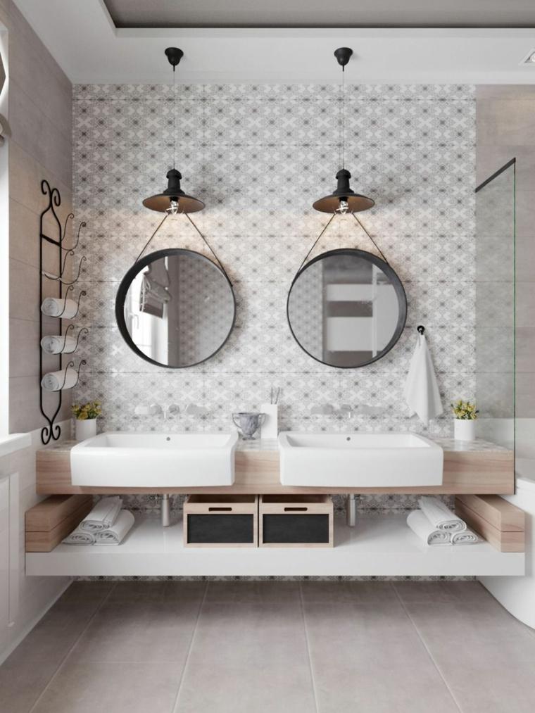 Rivestimenti bagni esempi, parete rivestita con mosaico, specchi rotondi appesi