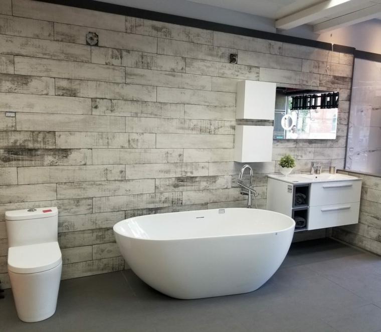Piastrelle bagno effetto legno, vasca da bagno freestanding, mobili bagno moderni sospesi
