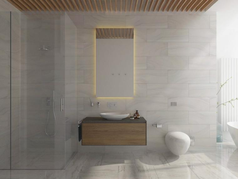 Piastrelle bagno effetto legno, lavabo da appoggio, specchio con retroilluminazione