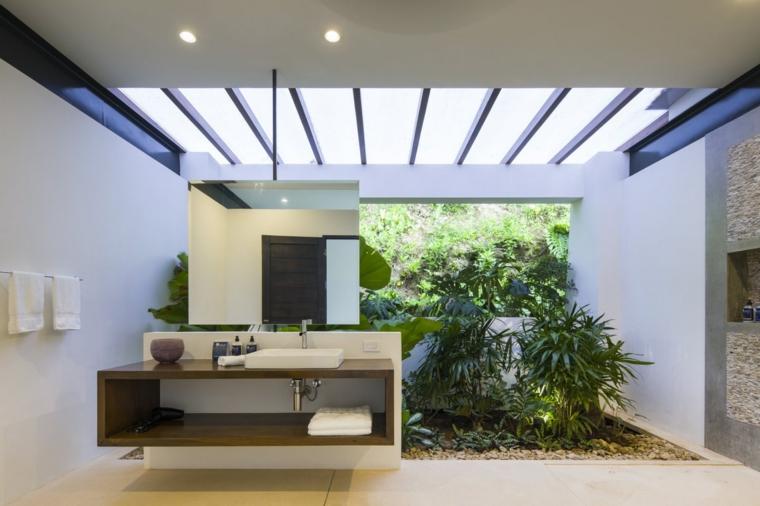 Mobile di legno da bagno, specchio rettangolare appeso, pavimento in resina bianco