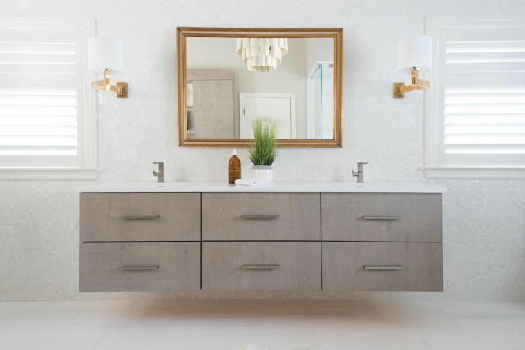 Mobile grigio da bagno, rivestimento parete di piastrelle, lampade da parete