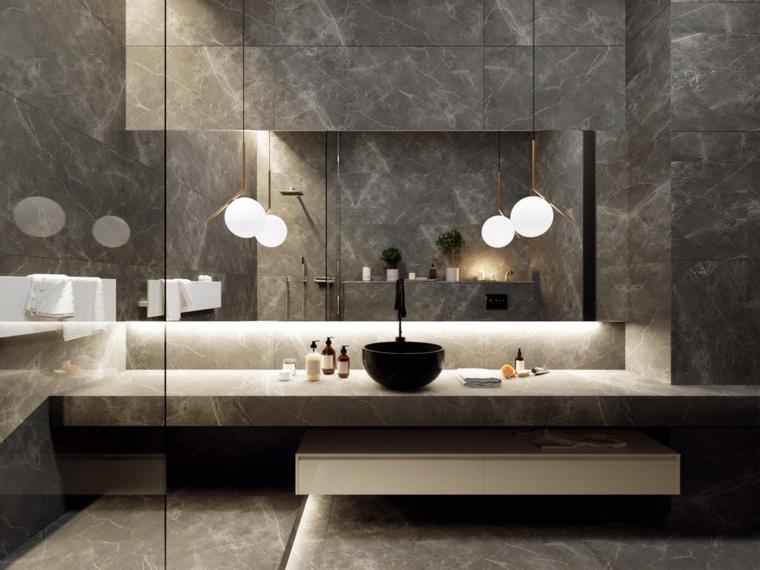 Piastrelle bagno colore grigio, lavabo da appoggio, lampade a sfera a sospensione