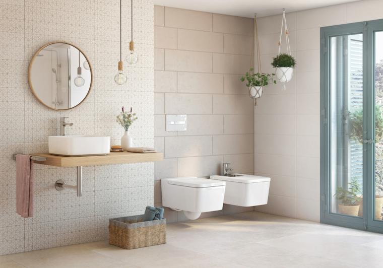 Mobile bagno sospeso, parete rivestita con piastrelle, vasi di piante sospese