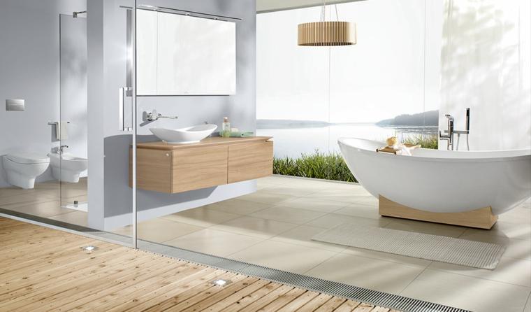 Vasca da bagno ovale, mobile di legno sospeso, lavabo da appoggio, pavimento piastrelle beige