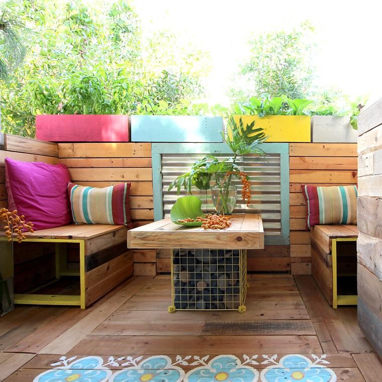 mobili con pallet cuscini colorati