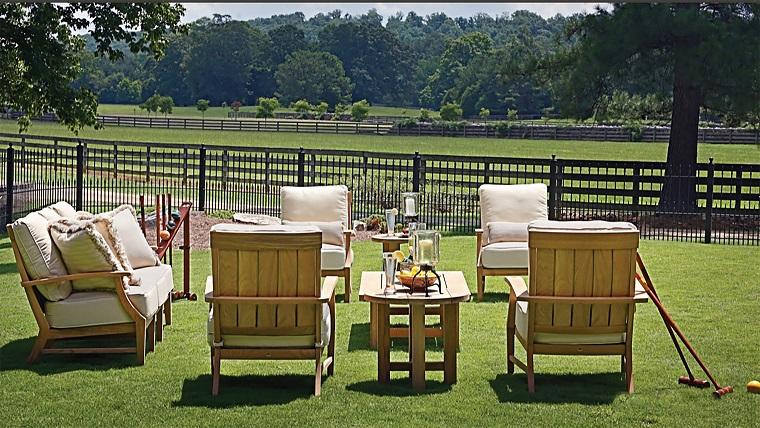 mobili con pallet tavolo sedie cuscini bianchi