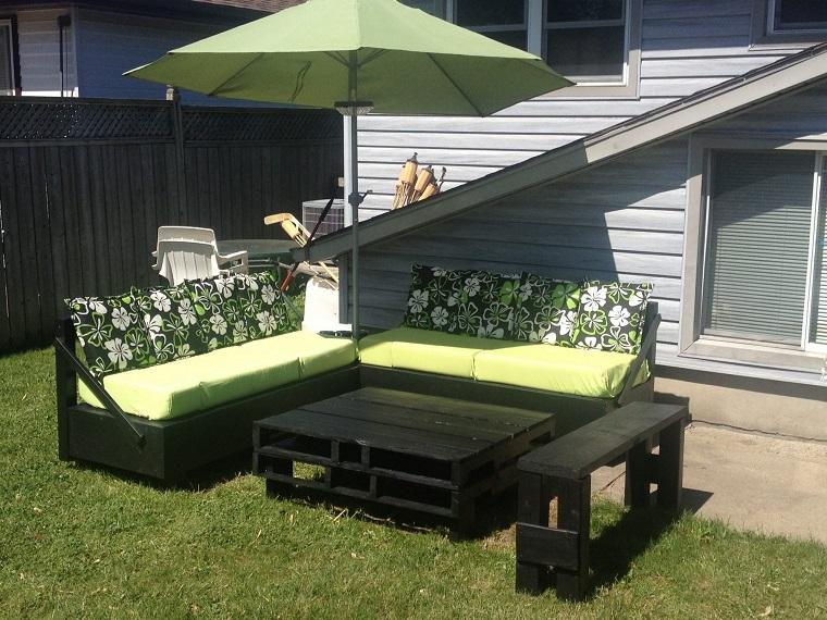 mobili pallet tavolo sedie esterno cuscini colorati