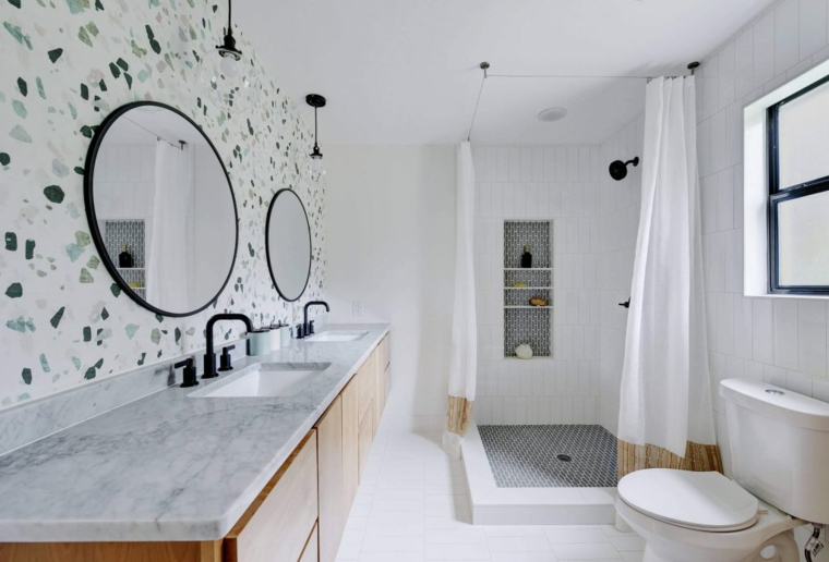 Mobile bagno in marmo, piastrelle colorate per la parete, bagno con doccia