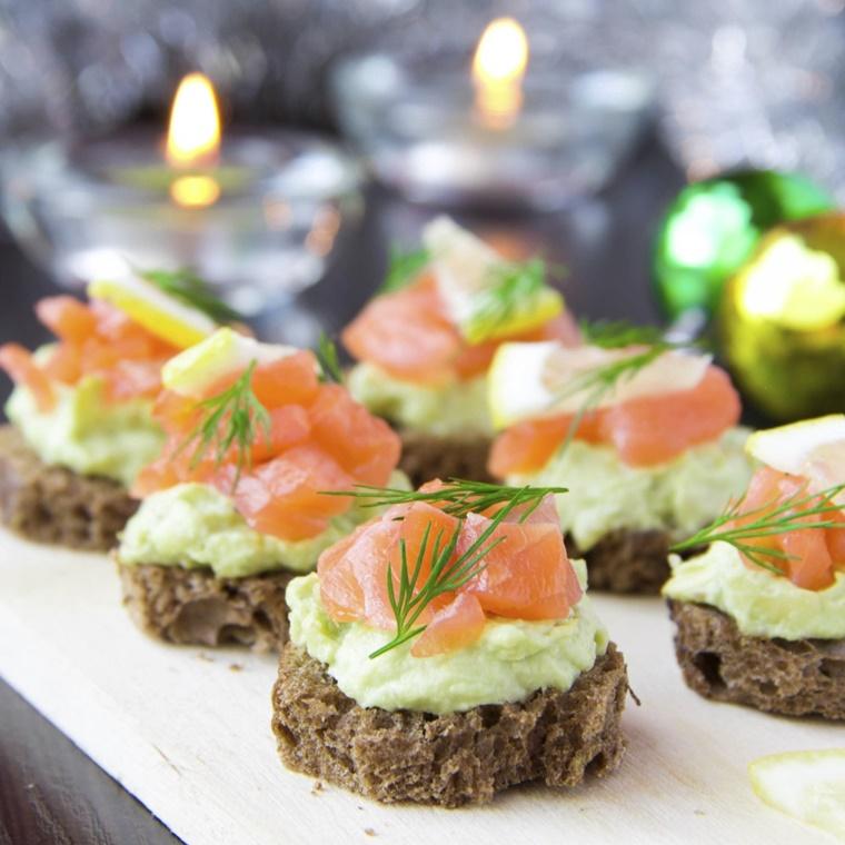 original tartine di pane di segale con avocado e salmone