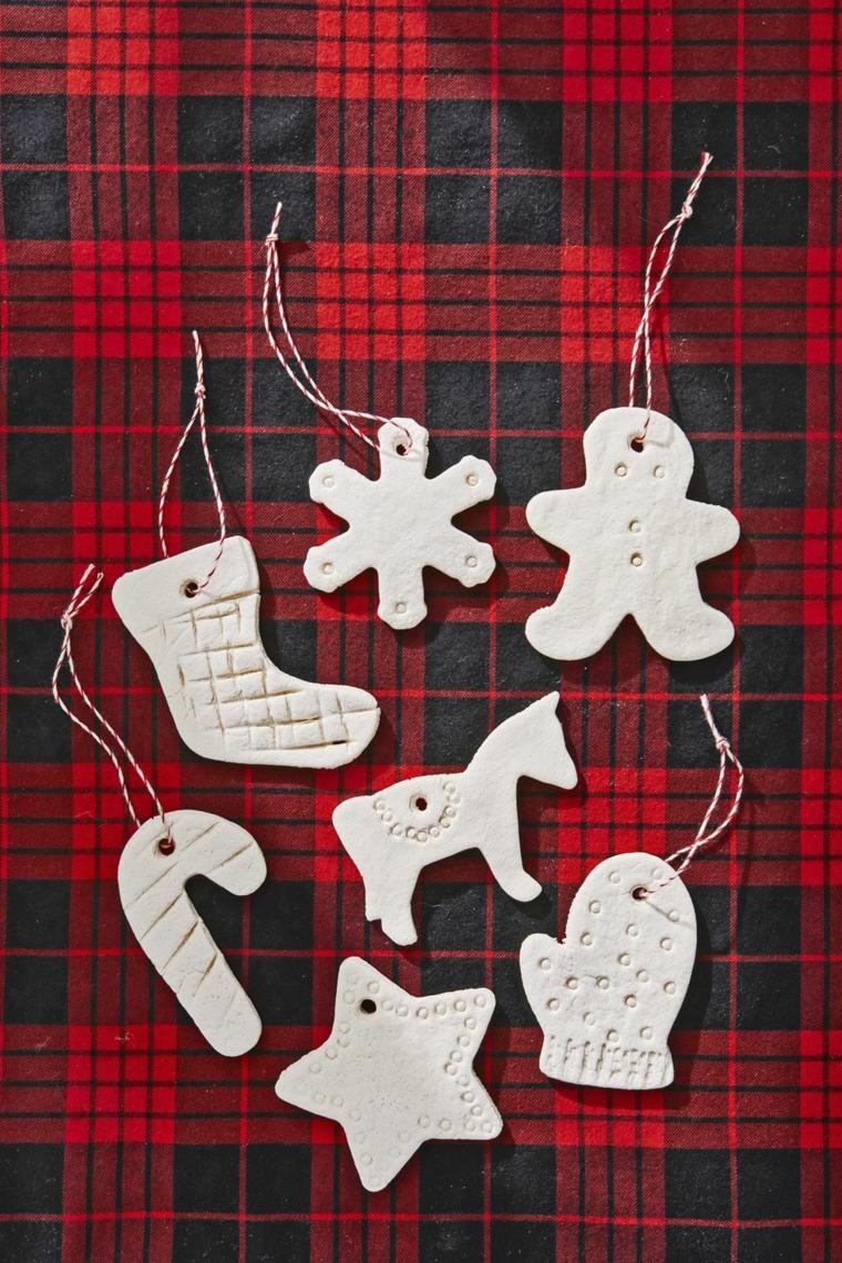 Addobbi di Natale da appendere, formine di pongo cotte, nastro bianco e rosso da appendere