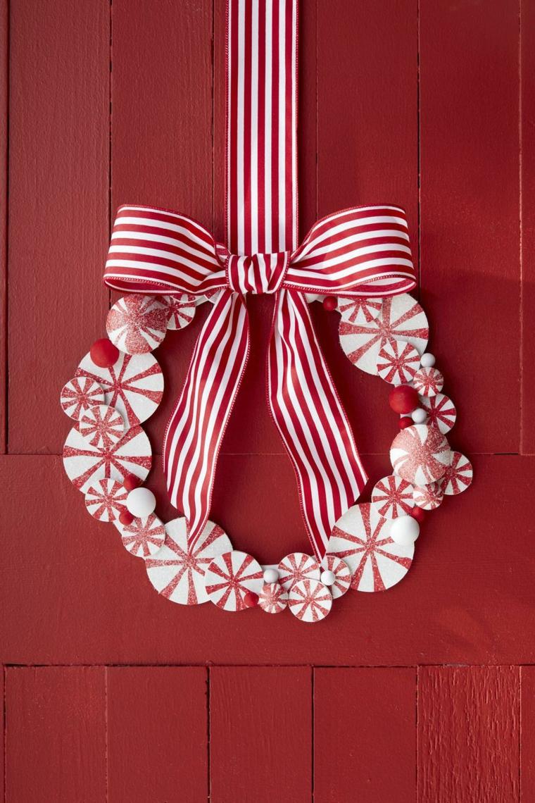 Decorazioni porta d'ingresso con corona, ghirlanda con nastro e palline, decorazione in bianco e rosso