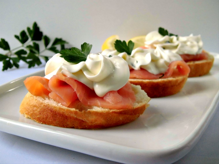 pane bianco morbito mousse formaggi salmone affumicato