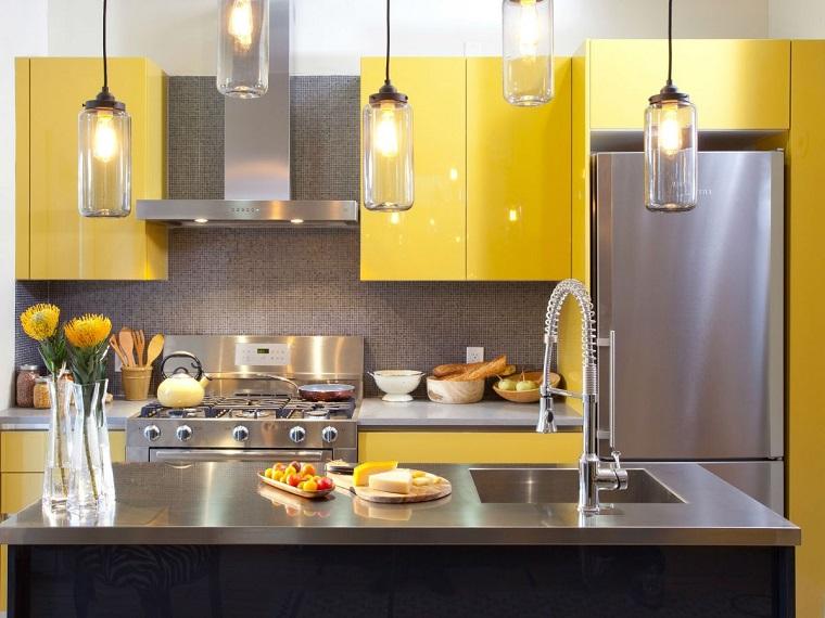 pannello-paraschizzi-cucina-grigio-mobili-gialli