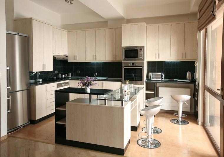 pannello paraschizzi cucina nero mobili chiari
