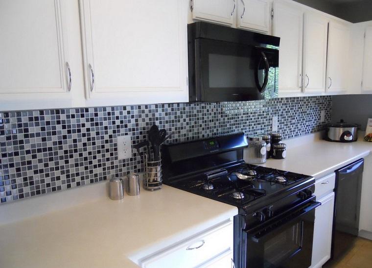 paraschizzi cucina mosaici vetro bianchi neri