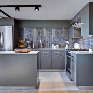 Cucine bianche moderne con inserti in legno le nuove for Piastrelle paraspruzzi cucina