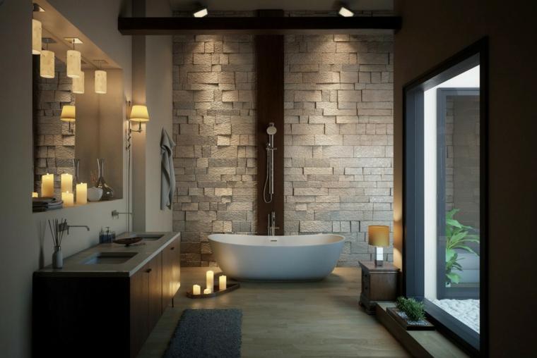 Parete effetto mattoni a vista, sala da bagno con vasca, mobile con lavabi incorporati