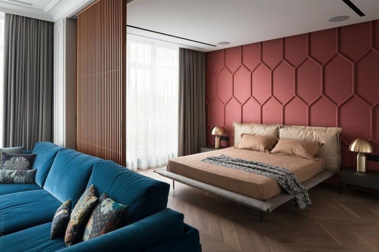 Parete decorata a nido d'ape, progettare camera da letto, divano in tessuto blu, pavimento in legno