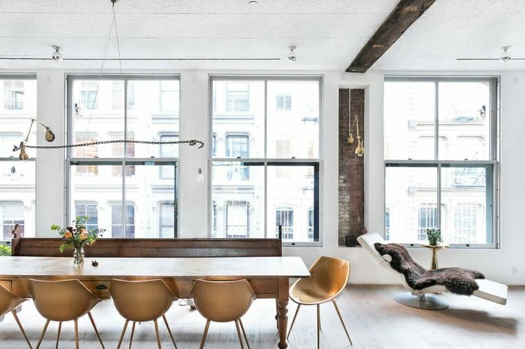 Arredamento casa moderno, tavolo da pranzo in legno con sedie, soffitto con travi di legno