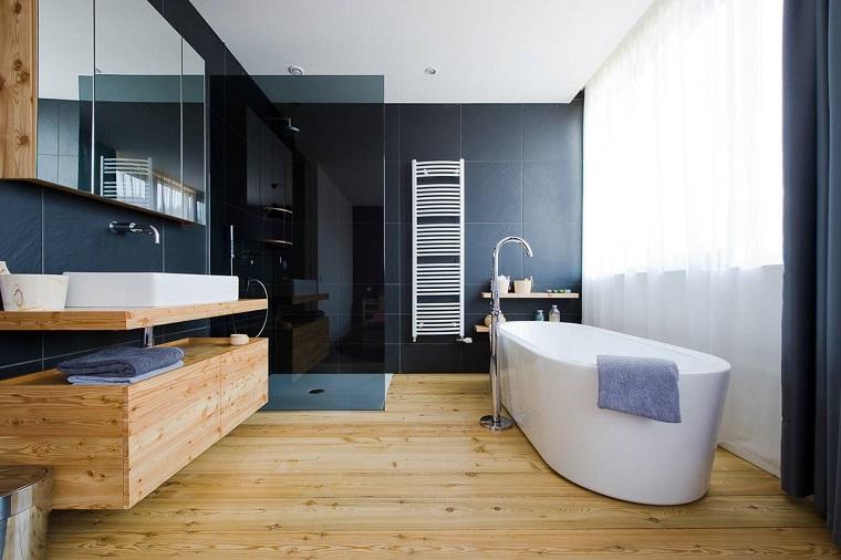 parquet bagno piastrelle blu vasca moderna