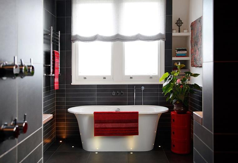 pavimento nero vasca bianca elementi decorativi rosso