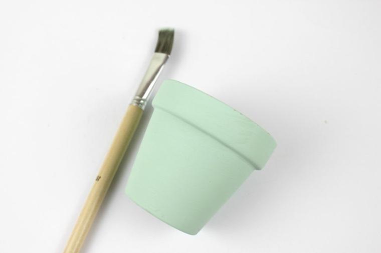 Pennello e vaso di terracotta, addobbi natalizi fai da te, vaso dipinto di colore azzurro