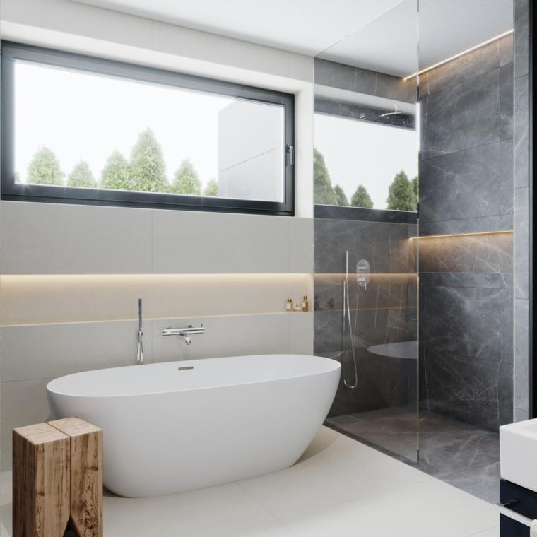 Sala da bagno con box doccia e vasca, piastrelle doccia colore grigio, vasca dalla forma arrotondata