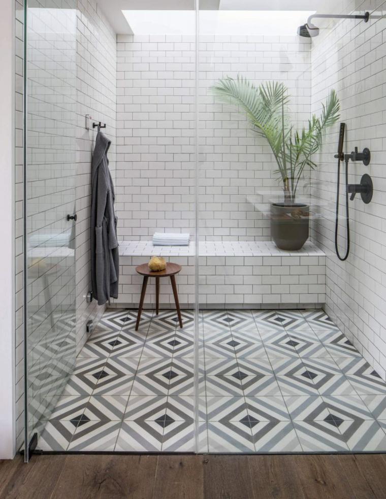 Cabina doccia in vetro, piastrelle colorate per il bagno, bagno con porta di vetro
