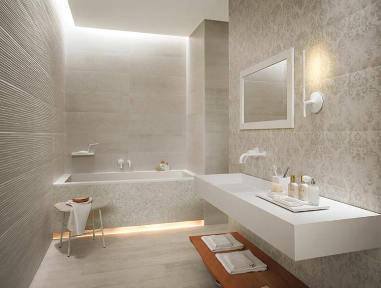 Bagno con mobile sospeso, vasca da bagno rivestita, piastrelle ruvide da bagno