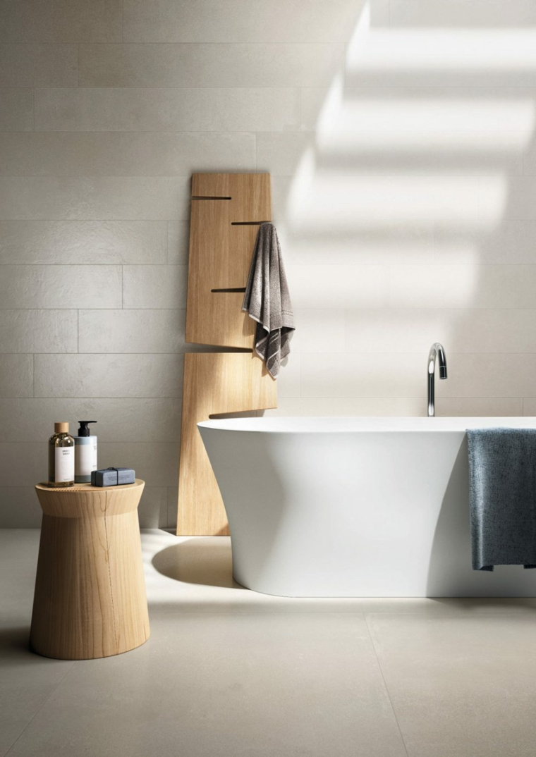 Piastrelle bagno effetto legno, vasca da bagno freestanding, tavolino di legno