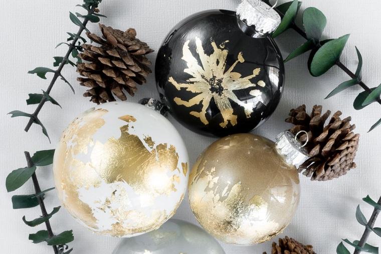 Addobbi natalizi fatti a mano, pallina con carta stagnola, rametti verdi e pigne