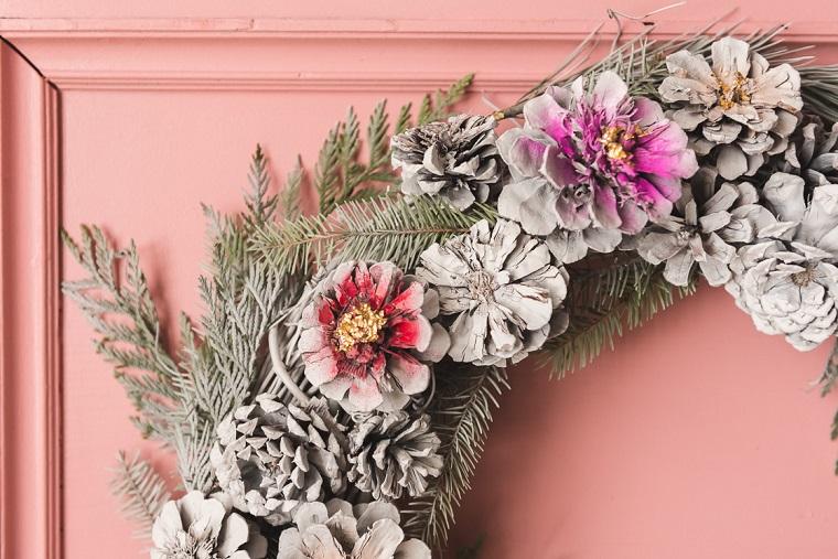 Corona natalizia con pigne e rametti, addobbi natalizi, ghirlanda con pigne dipinte di grigio