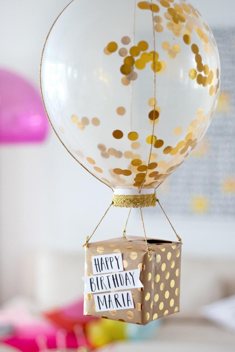 regali originali scatola con scritta personalizzata regalo appeso ad un palloncino