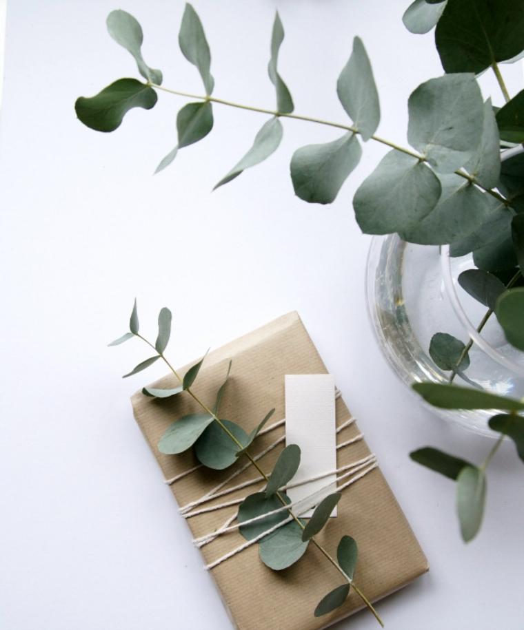 regali personalizzati per lui pacchetto regalo incartato decorato con rametto di foglie