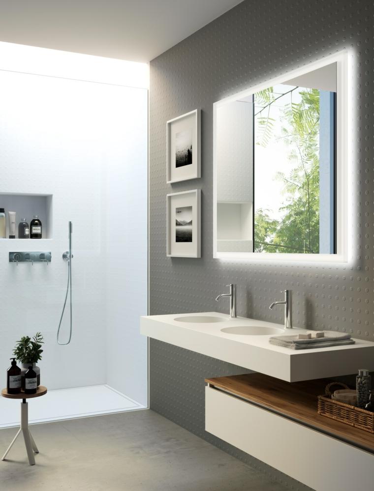 Specchio da bagno con illuminazione, sala da bagno con box doccia, mobile doppio lavabo