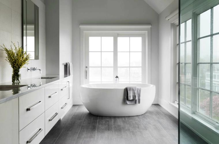 Piastrelle bagno effetto legno, mobile bianco lucido, vasca con bordi arrotondati