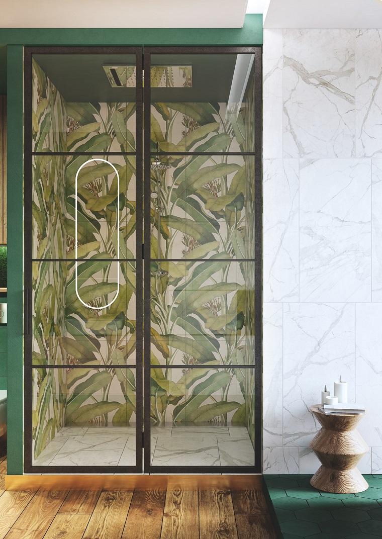 Sala da bagno con box doccia, piastrelle con motivi giungla, pavimento in bagno di legno