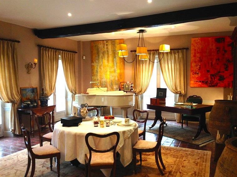 sala da pranzo classica molto elegante pianoforte