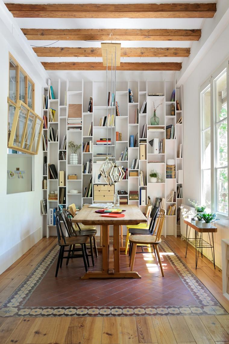 sala da pranzo con libreria a vista tavolo di legno con sedie abbinate