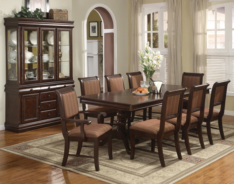 sala da pranzo legno scuro tavolo grande