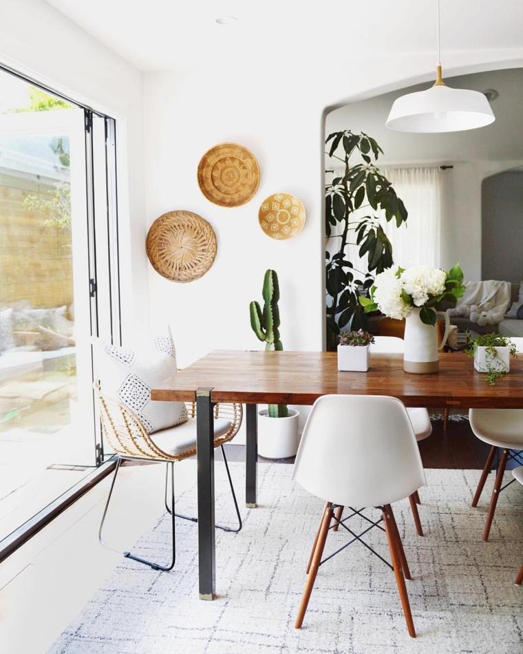 sala da pranzo moderna tavolo rettangolare di legno con sedie bianche decorazione con piante indoor