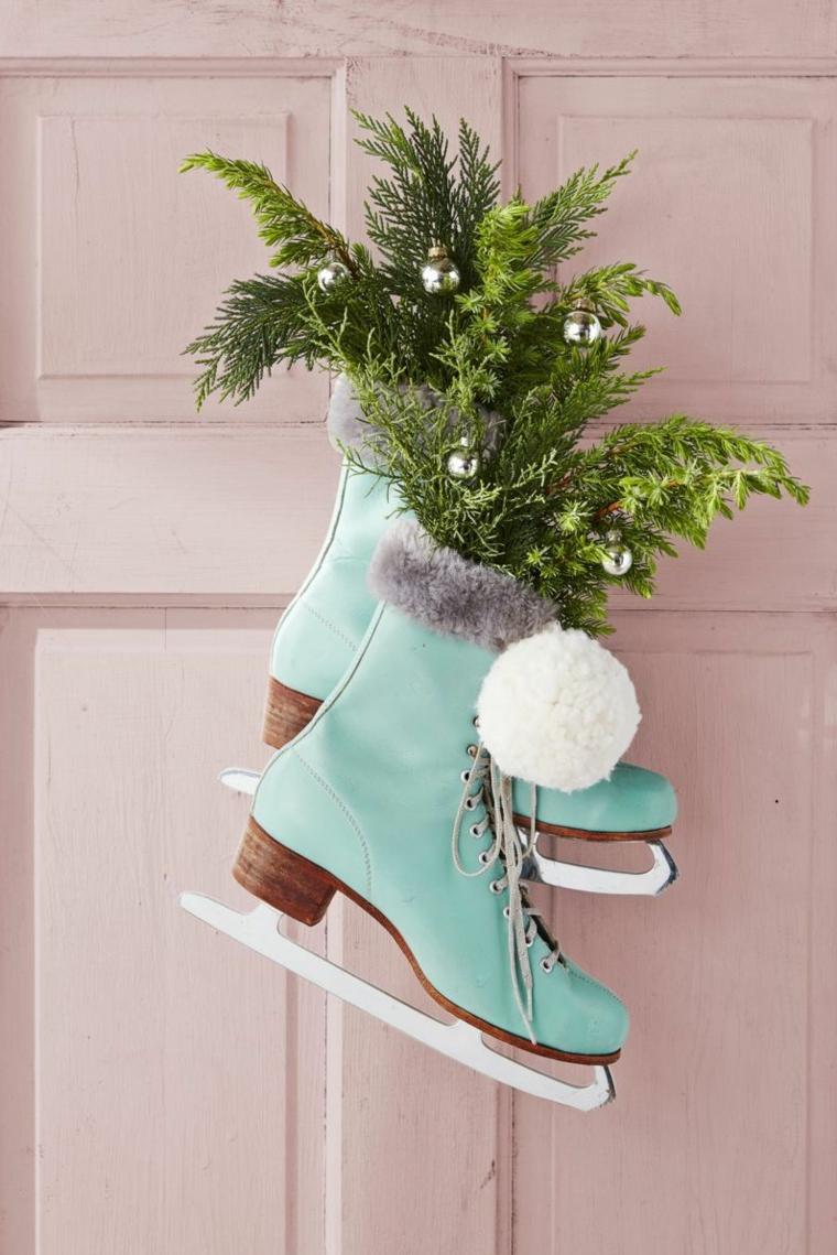 Decorazioni porta d'ingresso con rametti verdi, scarpe da pattinaggio con rametti verdi