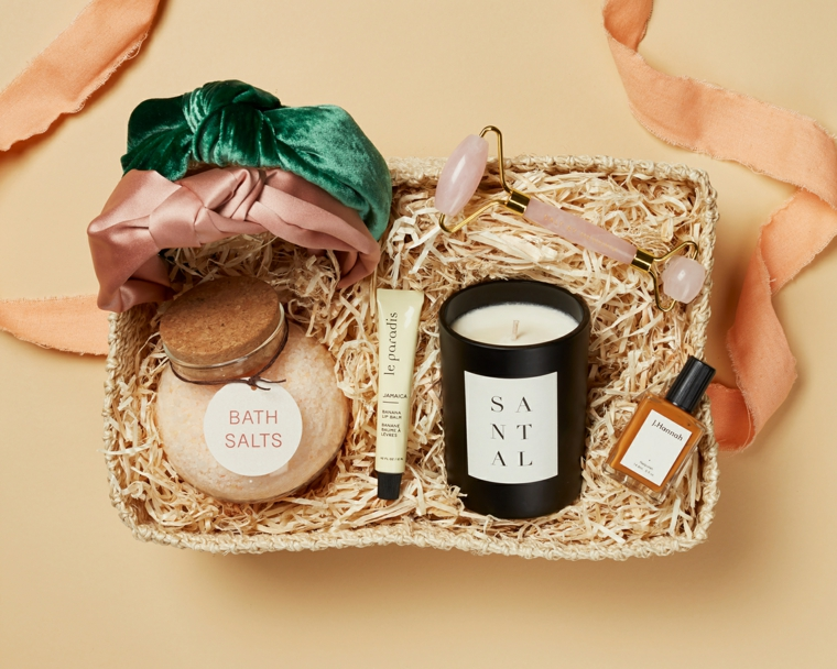scatola di raffia con candela body scrub e profumo decorazione regalo con nastro