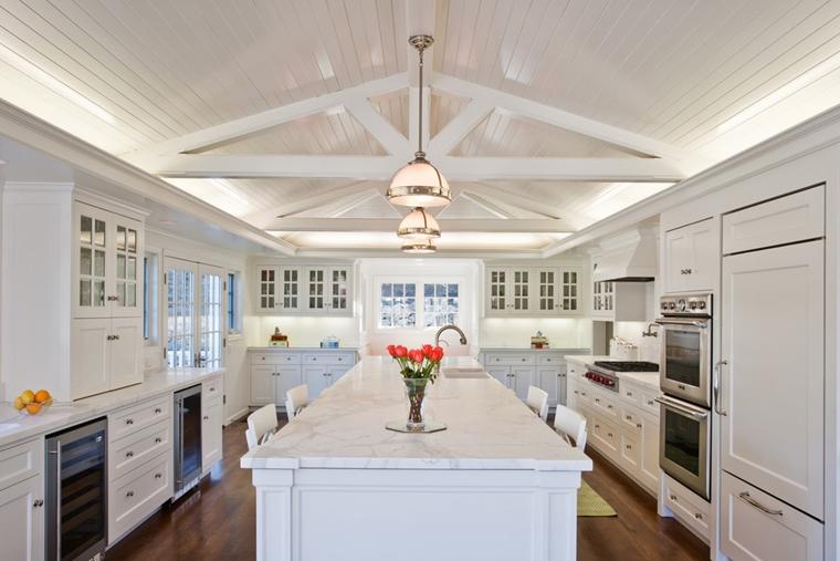 soffitto legno cucina bianca lucida isola centrale