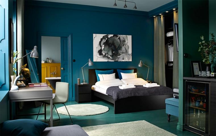 Idee per dipingere stanza da letto, parete di colore blu, camera con scrivania, stanza con bagno padronale