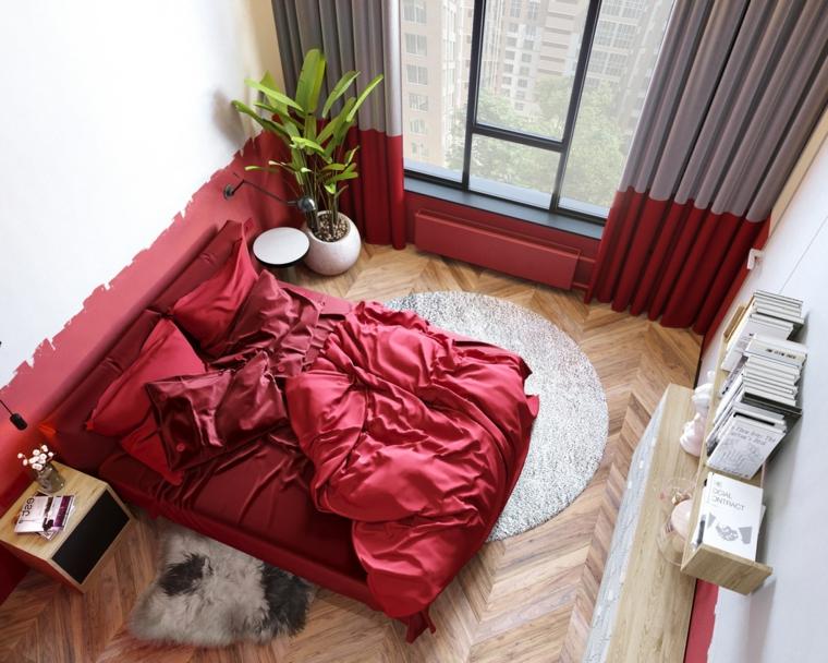 Pareti dipinte a metà di rosso, pavimento in legno, tende colore grigio rosso, tappeti pelosi