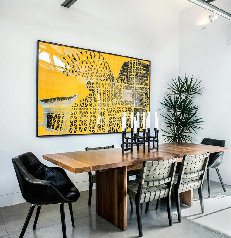 tavolo da pranzo in legno con sedie in rattan sala con pareti bianche