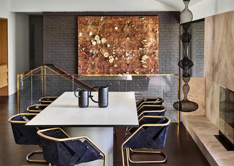 tavolo da pranzo rettangolare con sedie sala con camino rivestito in marmo