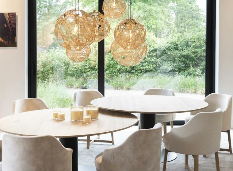 tavolo da pranzo rotondo a due livelli sedie di velluto colore beige